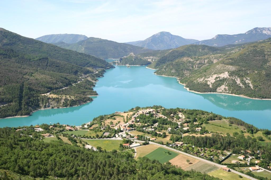 Le lac du Castillon et le village de Castellane dans le Verdon